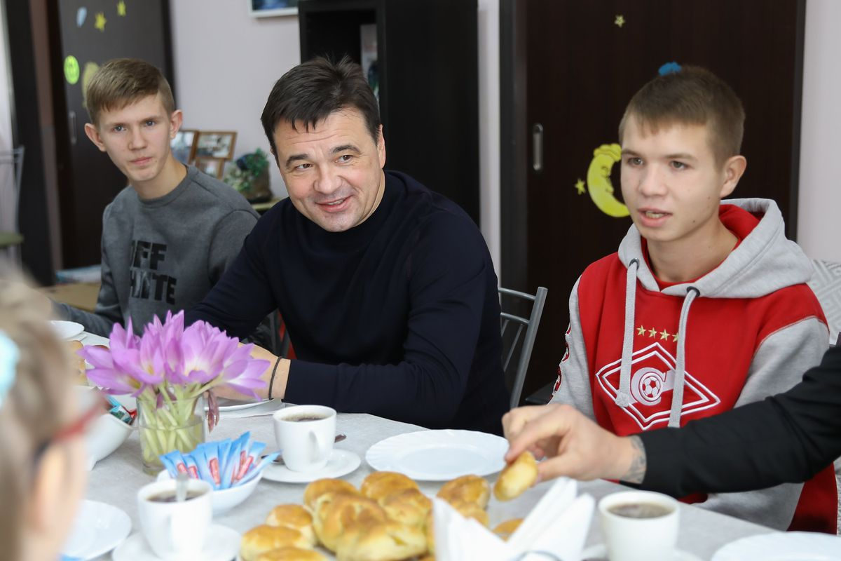Андрей Воробьев губернатор московской области - На долгую память: Андрей Воробьев посадил деревья с воспитанниками детдома