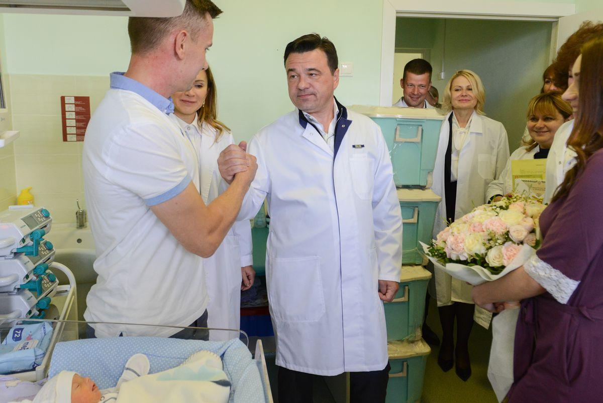 Андрей Воробьев губернатор московской области - Губернатор вручил жилищный сертификат многодетной маме, родившей четверых детей