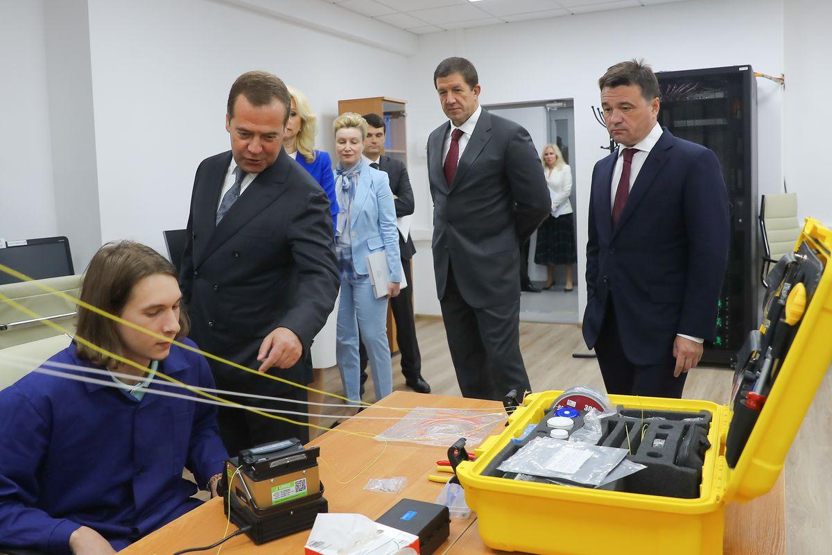 Андрей Воробьев губернатор московской области - Дмитрий Медведев  и Андрей Воробьев проверили, как проходит обучение в IT-колледже